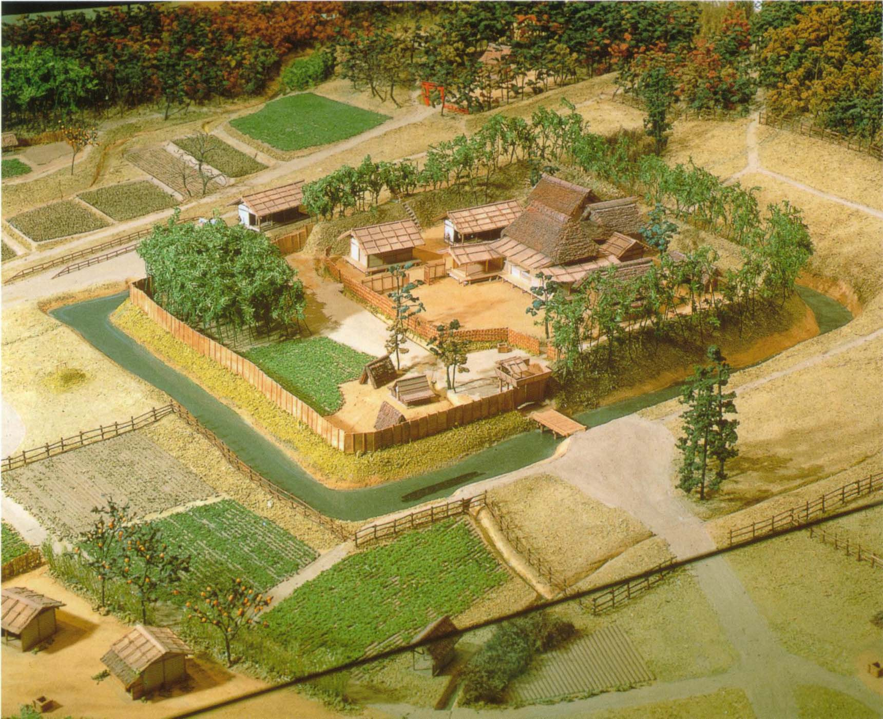 武士の館 鎌倉・南北朝期の東国の武士の館 絵巻物などをもとに想像して再現したそうです。 16世紀