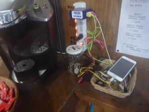 五竜山荘の充電設備とコーヒーメーカー
